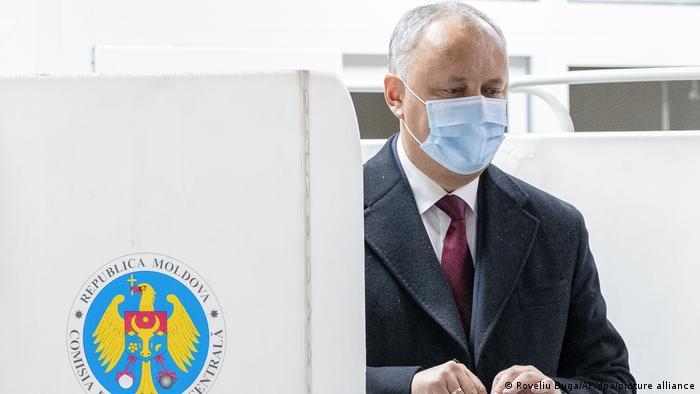 Igor Dodon votând la alegerile din 2020