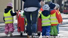ARCHIV - 17.04.2018, Bayern, München: Ein Betreuerin läuft mit mehreren Kleinkindern über einen Bürgersteig. Zu «Erkältet in Kita oder Schule - Was gilt in der Corona-Zeit?». Foto: Peter Kneffel/dpa +++ dpa-Bildfunk +++   Verwendung weltweit