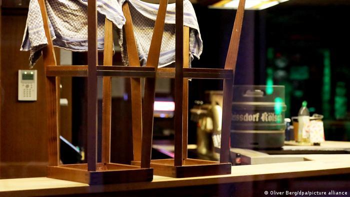 Перевернутые стулья на барной стойке в одном из ресторанов Германии