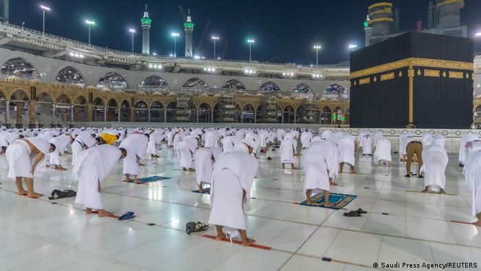 Peregrinos mantêm distância social durante oração na Grande Mesquita de Meca