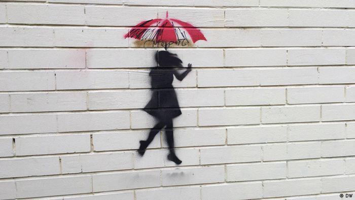 Граффити: девушка под зонтом