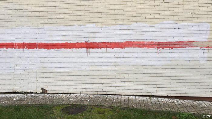 Граффити в виде бело-красно-белого флага