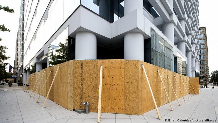 Proteção de madeira protege prédio das proximidades da Casa Branca