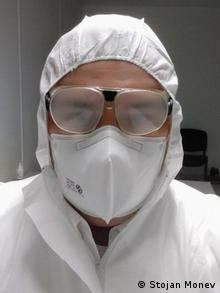 Д-р Стоян Монев с предпазно облекло