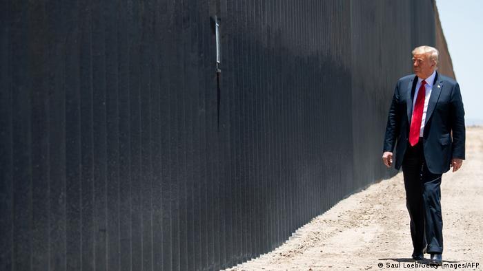 دونالد ترامپ، ژوئیه ۲۰۲۰ در کنار بخشی از دیوار مرزی میان آمریکا و مکزیک