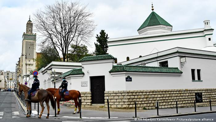 Полицейский патруль возле парижской мечети
