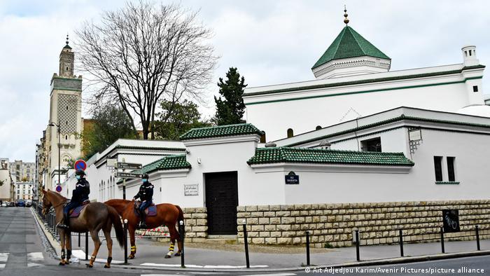 Frankreich Polizei vor der großen Moschee von Paris