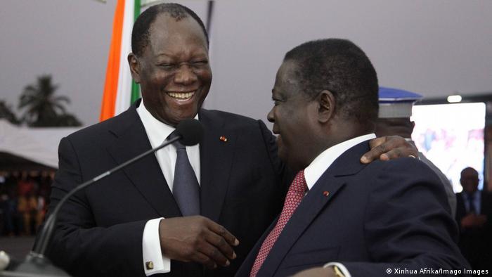 Der Präsident der Elfenbeinküste Alassane Ouattara und Ex-Präsident Henri Konan Bedie geben sich die Hand