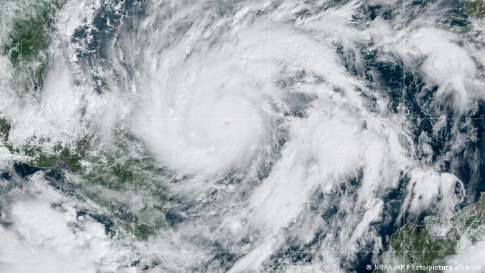 Huracán Eta se fortalece rápidamente antes de golpear Centroamérica | Las  noticias y análisis más importantes en América Latina | DW | 02.11.2020