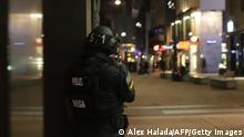 Österreich Wien | Polizist überblickt Straße nach Schießerei im Stadtzentrum