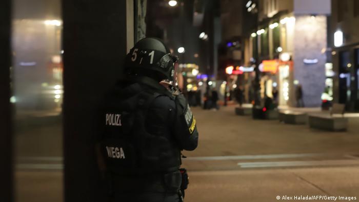 Österreich Wien   Polizist überblickt Straße nach Schießerei im Stadtzentrum