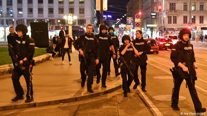 Österreich Wien | Bewaffnete Polizisten nahe der Oper nach Schießerei im Stadtzentrum