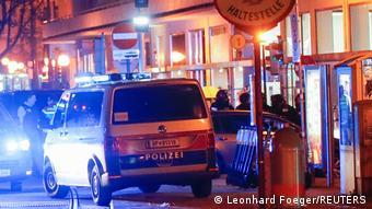 Полицейский микроавтобус с включенной мигалкой в центре Вены