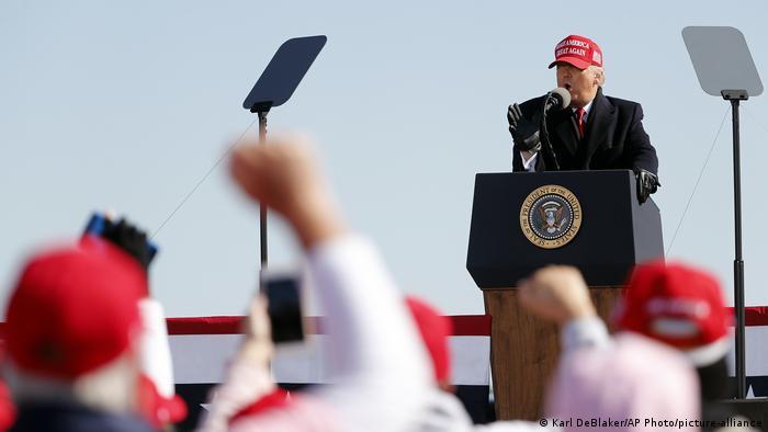 Trump berbicara di depan kerumunan pendukung dalam kampanyenya di Fayetteville, North Carolina