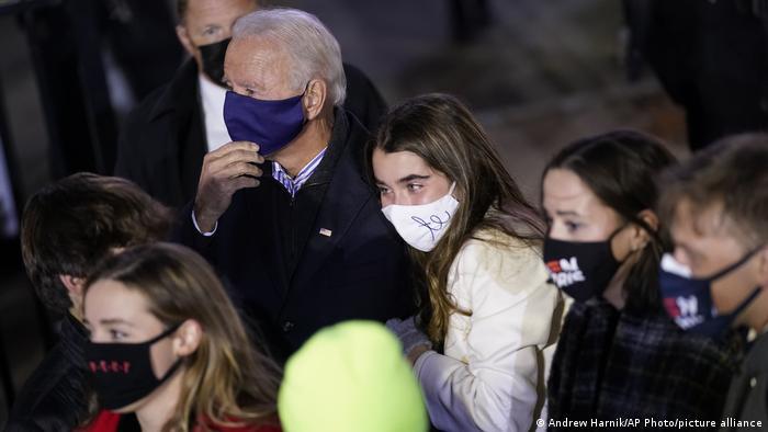 Joe Biden dan cucunya menonton Lady Gaga tampil selama kampanye di Heinz Field, Pittsburgh