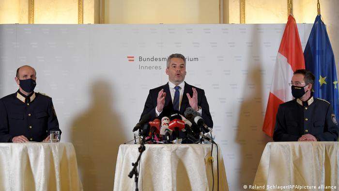 El ministro austríaco del Interior, Karl Nehammer, en conferencia de prensa. (3.11.2020).