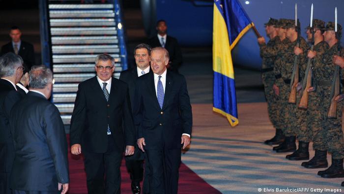 US-Vizepräsident Joe Biden verlässt im Mai 2009 einen US-Regierungsflieger auf dem Flughafen der bosnischen Hauptstadt Sarajevo. Hinten rechts im Bild: Eine Ehrengarde der bosnischen Armee