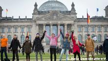 Teilnehmer des ersten Bürgerrates freuen sich über die Anerkennung ihrer Arbeit (5.11.2019) Bild samt Copyright und Nutzungsfreigabe geliefert durch DW/Wolfgang Dick