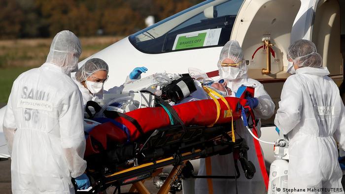 Frankreich Coronavirus Krankentransport (Stephane Mahe/REUTERS)
