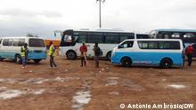 Lehrer ergänzen Einkommen als Taxifahrer in Angola. (c ) António Ambrósio/DW Wann wurde das Bild gemacht?: 28.10.2020 Wo wurde das Bild aufgenommen?: Caxito, Angola. FOTO 3: Arbeit im Transportwesen wurde eine Alternative für Lehrer