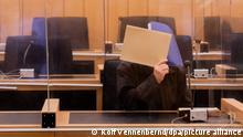 03.11.2020, Nordrhein-Westfalen, Münster: Der Angeklagte sitzt in einem Gerichtssaal im Landgericht und verdeckt sein Gesicht. Mit einem Prozess gegen einen 53-Jährigen aus Schleswig-Holstein beginnt hier eine erste gerichtliche Aufarbeitung des Missbrauchsfalls Münster. Foto: Rolf Vennenbernd/dpa | Verwendung weltweit