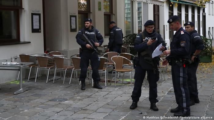 Австрийские полицейские после теракта в Вене 2 ноября 2020 года