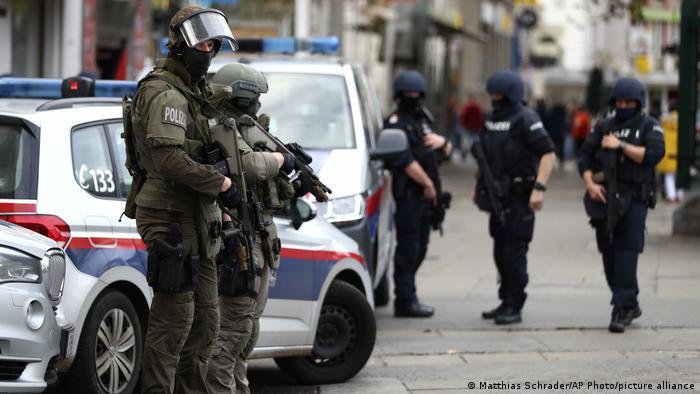 Polizisten mit Maschinengewehren (Matthias Schrader/AP Photo/picture alliance)