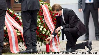 Канцлер Австрии Себастьян Курц на месте теракта в Вене почтил память погибших