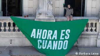 Ofelia Fernández, mit dem Symbol von den Feministinnen im Land