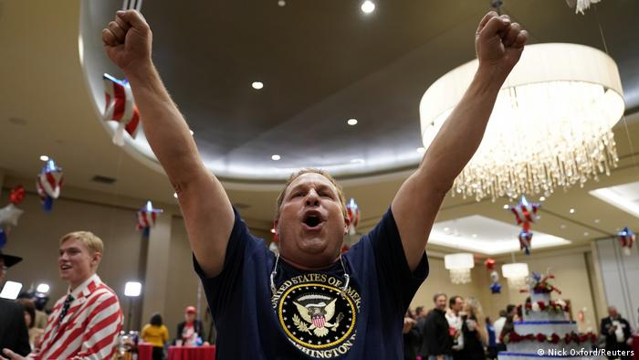 Святковий настрій в Едмонті, штат Оклахома: прихильник Дональда Трампа радіє першим результатам, що надійшли зі Флориди. Кандидат від республіканців зумів забезпечити собі підтримку в цьому хиткому штаті. Хиткими у США називають ті штати, де від самого початку виборці не мають однозначних преференцій і в обох кандидатів є рівні шанси на перемогу.