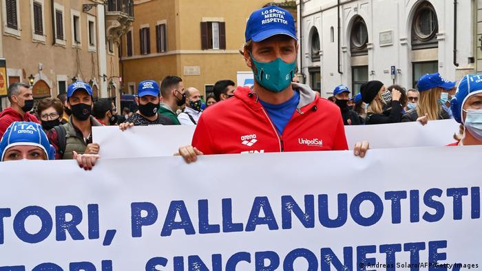 Итальянский пловец, чемпион Олимпийских игр 2000 года Массимилиано Розолино на демонстрации против антивирусных мер, 4 ноября 2020 года