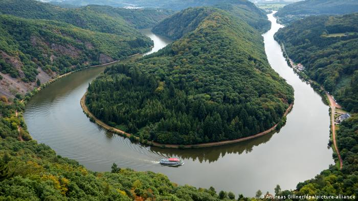 Tourist attraction in Germany: the Saarschleife, or Great Bend in the Saar River at Mettlach (Copyright: Andreas Gillner/dpa/picture-alliance)