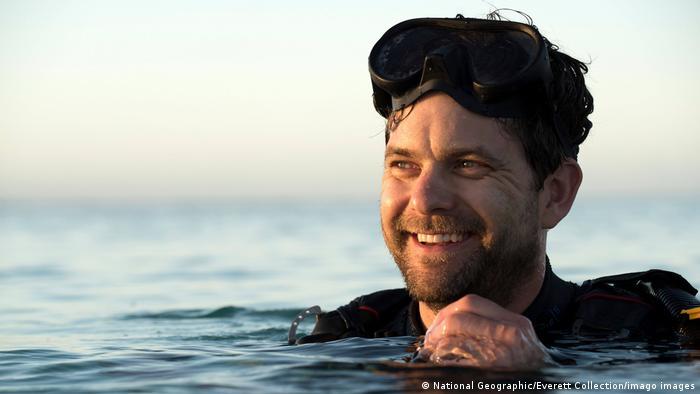 Joshua Jackson nada en el mar: Years of Living Dangerously.
