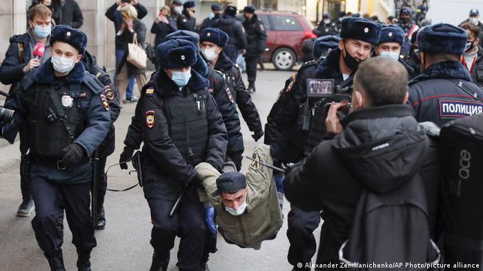 Задержание участника акции националистов в Москве, 4 ноября 2020 г.