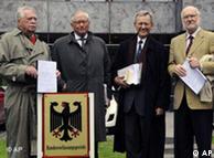 Авторы иска перед зданием Конституционного суда ФРГ