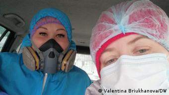 Валентина Брюханова (справа) помогает врачам добраться до пациентов