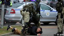 Belarus Minsk Strafverfolgungsbeamte fixieren Oppositionellen