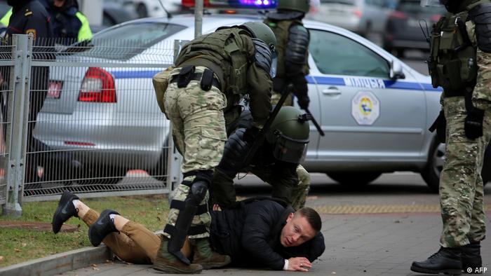 Belarus Minsk Strafverfolgungsbeamte fixieren Oppositionellen (AFP)