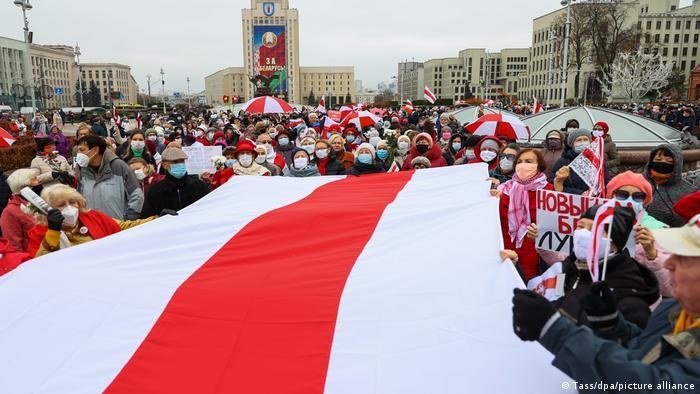 Belarus Minsk | Proteste von Senioren mit Flagge (Tass/dpa/picture alliance)