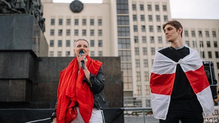 Мария Колесникова и студент Игорь Демидко во время акции протеста в Минске в августе 2020 года