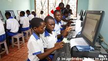 Kamerun Kumba Schüler bei PC-Unterricht