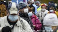 Люди у масках на одній з вулиць Гельсінкі