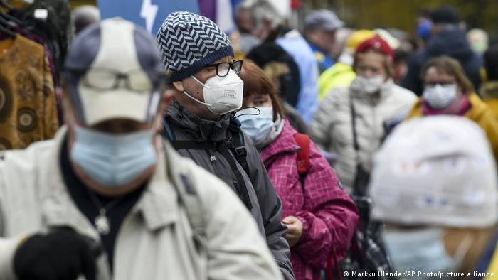 Люди в масках на улицах Хельсинки