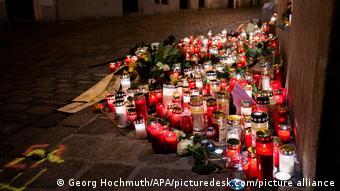 Viyana'da terör saldırısının düzenlendiği yere çiçek ve mumlar bırakıldı