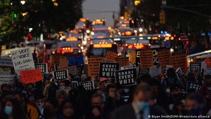 صحنهای از تظاهرات مردم آمریکا، ۴ نوامبر در نیویورک در اعتراض به سخنان ترامپ که خواستار توقف شمارش آراء شده بود