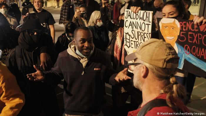 Homens discutem durante manifestação