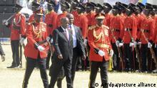 05.11.2020, Tansania, Dodoma: John Magufuli (M), Präsident von Tansania, geht vorbei an der Ehrengarde zum Podium im Rahmen seiner Vereidigungszeremonie nach der umstrittenen Präsidentschaftswahl Foto: Stringer/AP/dpa +++ dpa-Bildfunk +++ |