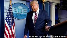 دونالد ترامب وهو يغادر القاعة بعد مؤتمر صحفي في البيت الأبيض 05.11.2020