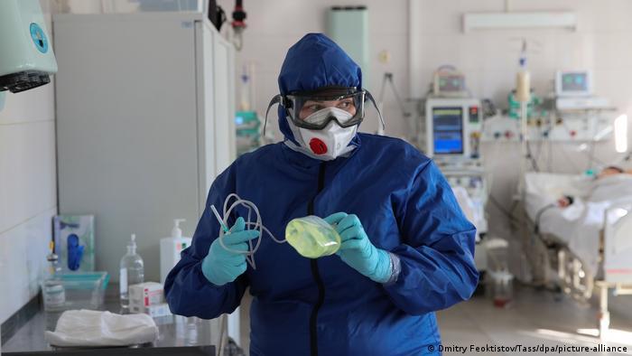 Сотрудник отделения интенсивной терапии больницы в Краснодаре