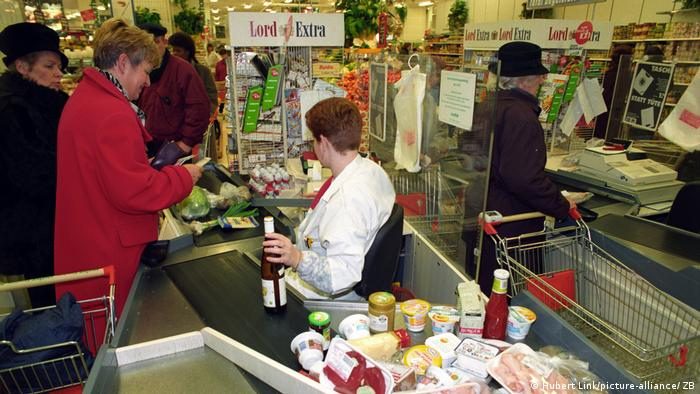 Customers in supermarket check-out lines (Hubert Link / picture-alliance / ZB)